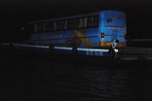 Daar gaat ie dan, de bus op een bootje...