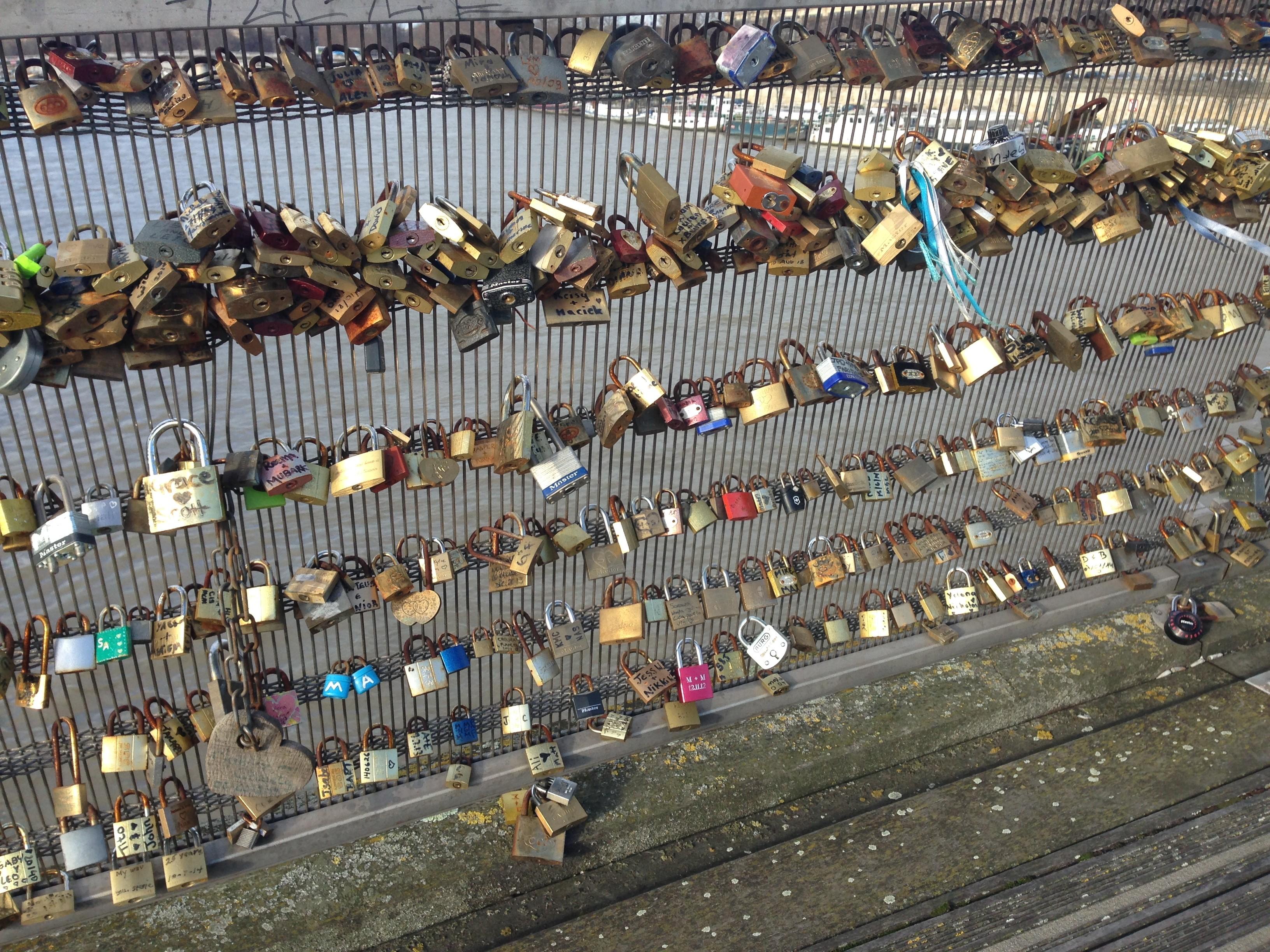 Eeuwige liefde vergrendeld aan een slotjesbrug