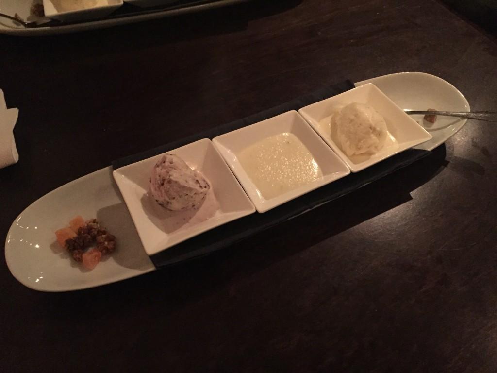 Bolletjes ijs van dadels en vijgen met gedroogd fruit.
