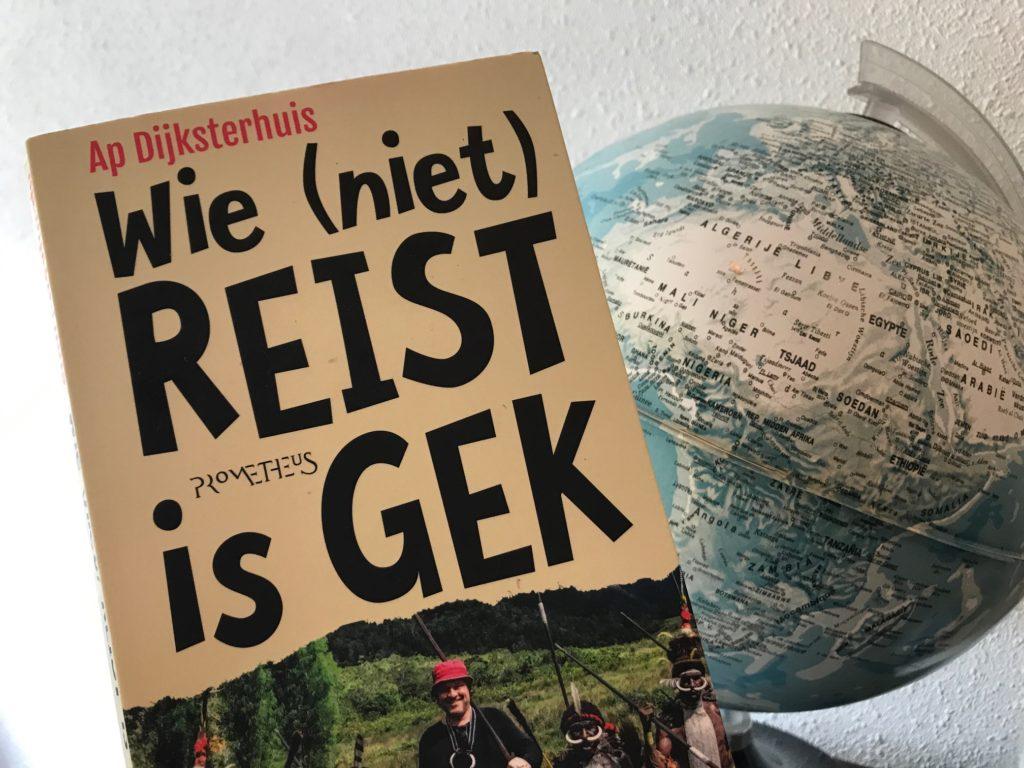 een aanrader voor iedereen die van reizen houdt of juist niet we hadden maar twee boeken bij maar het huisje waar we verbleven had een boekenkast vol en