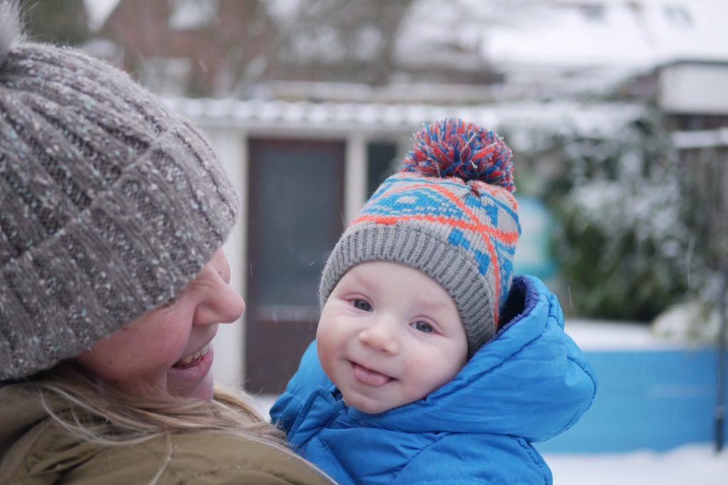 baby in de sneeuw